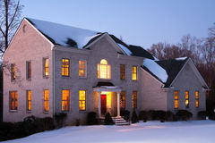 Casa del ladrillo en la oscuridad con nieve Fotos de archivo