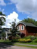 Casa del ladrillo rojo y casa gris imagenes de archivo