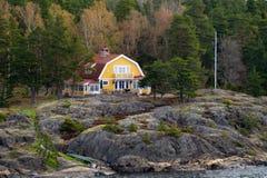 Casa del lago, piedra, casa en bosque fotografía de archivo