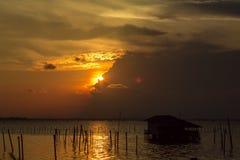 Casa del lago y la puesta del sol Fotos de archivo libres de regalías