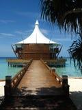 Casa del mar de la playa y puente de madera Imagen de archivo libre de regalías