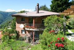 Casa del mattone con il giardino Fotografia Stock Libera da Diritti