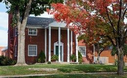 Casa del mattone rosso con le colonne alte Fotografia Stock Libera da Diritti
