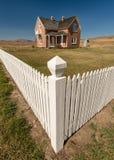 Casa del mattone su un'alta prateria rurale nel terreno coltivabile dell'Idaho immagini stock