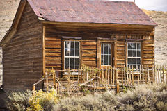 Casa del oeste vieja rústica en un pueblo fantasma Imagen de archivo