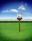 Casa del pájaro con el cielo azul Imagen de archivo