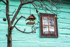 Casa del pájaro con la alimentación en el árbol en el pueblo de Vlkolinec, Eslovaquia, Foto de archivo libre de regalías