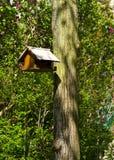 Casa del pájaro en el jardín fotografía de archivo libre de regalías