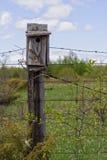 Casa del pájaro en el poste de la cerca imagenes de archivo
