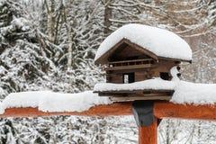 Casa del pájaro en invierno imágenes de archivo libres de regalías