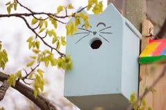 Casa del pájaro en un parque Imagen de archivo libre de regalías