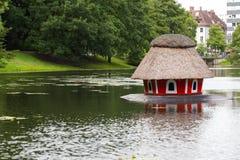 Casa del pájaro para los cisnes en el río imágenes de archivo libres de regalías