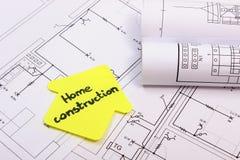 Casa del papel amarillo con la construcción del hogar del texto en el diagrama de la casa Imagen de archivo libre de regalías