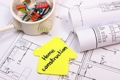 Casa del papel amarillo, de la caja eléctrica con los cables y del dibujo de construcción Imagen de archivo