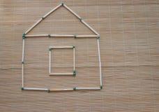 Casa del partido en la tabla en un fondo natural ligero foto de archivo