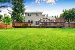 Casa del patio trasero exterior con la cubierta de madera espaciosa Foto de archivo libre de regalías
