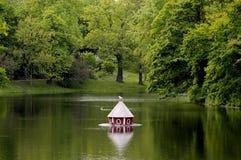 Casa del pato en el lago Imagen de archivo