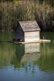 Casa del pato en la charca Fotos de archivo libres de regalías