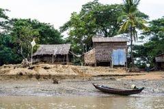 Casa del pescador en un riverbank en Myanmar 1 foto de archivo