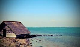 Casa del pescador por el mar en pueblo de los pescadores Fotografía de archivo libre de regalías