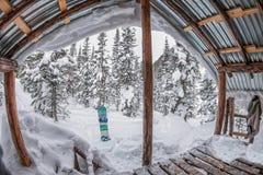 Casa del portico, chalet nella foresta di inverno con neve in montagne e immagine stock