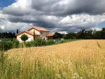 Casa del pueblo en Francia cerca del campo de trigo foto de archivo libre de regalías