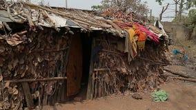 Casa del pueblo en la India Choza india multicolora almacen de video