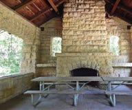 Casa del refugio con la chimenea Foto de archivo libre de regalías