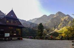 Casa del refugio de la montaña en las montañas de Tatra Fotografía de archivo