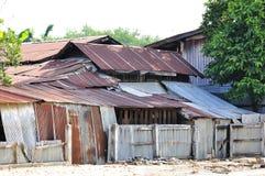 Casa del residente uno de los tugurios con una hoja del cinc Imagenes de archivo
