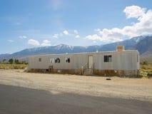 Casa del rimorchio di Adandoned nel deserto Fotografia Stock
