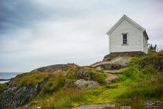 Casa del ` s del pescador en las rocas Fotos de archivo