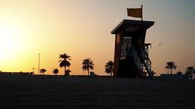 Casa del salvavidas en el beah en la puesta del sol en el Dubai almacen de metraje de vídeo