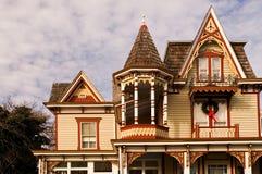 Casa del Victorian en la Navidad Imágenes de archivo libres de regalías