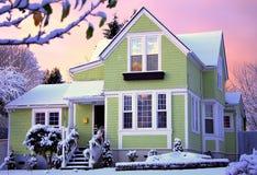 Casa del Victorian en la salida del sol con nieve Fotografía de archivo libre de regalías