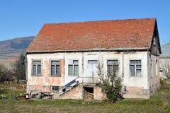 Casa del villaggio con le pareti bianche ed il tetto rosso Fotografia Stock