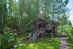 Casa del villaggio con un giardino Fotografia Stock Libera da Diritti