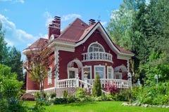 Casa del villaggio con un giardino Fotografie Stock