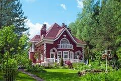 Casa del villaggio con un giardino Immagine Stock Libera da Diritti