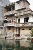 Casa del villaggio lungo il fiume lungo di Yu, Guilin, Cina Immagini Stock