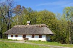 Casa del villaggio nell'ambiente della foresta Fotografie Stock
