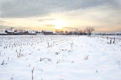 Casa del villaggio rurale nell'orario invernale Fotografia Stock