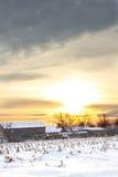 Casa del villaggio rurale nell'orario invernale al tramonto Fotografia Stock