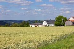 casa del villaggio rurale sull'orizzonte Immagine Stock Libera da Diritti