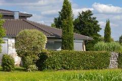 casa del villaggio rurale sull'orizzonte Fotografia Stock