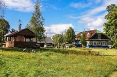 Casa del villaggio sull'azienda agricola La Bielorussia, foresta di Naliboki Fotografia Stock