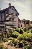 Casa del vintage con el jardín fotografía de archivo