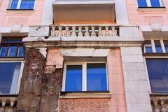 Casa del vintage con un yeso de la aspersión Edificio viejo y nuevo Windows Pequeñas columnas Imagen de archivo
