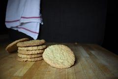 A casa deliciosa fez cookies da aveia fotografia de stock
