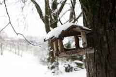 Casa dell'alimentatore dell'uccello nell'inverno Immagine Stock Libera da Diritti